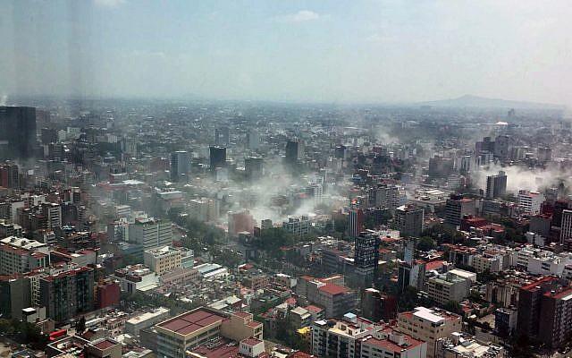En esta foto por Francisco Caballero Gout, tomada a través de una ventana de la icónica Torre Latina, el polvo se eleva por la ciudad de México durante un terremoto de 7,1, martes, 19 de septiembre de 2017. (Francisco Caballero Gota vía AP)