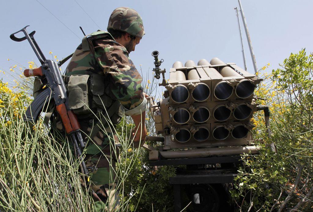 Archivo: En esta foto de archivo del 22 de mayo de 2010, un combatiente de Hezbollah está detrás de un lanzacohetes vacío mientras explica varias tácticas y armas usadas contra soldados israelíes en el campo de batalla (AP / Hussein Malla)