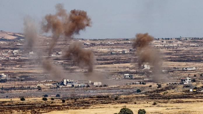 Una foto tomada del lado israelí de la frontera muestra el humo que se levanta cerca de la frontera israelo-siria en las alturas de Golan durante las luchas entre los rebeldes y el ejército sirio, el 25 de junio de 2017. (Basel Awidat / Flash90)