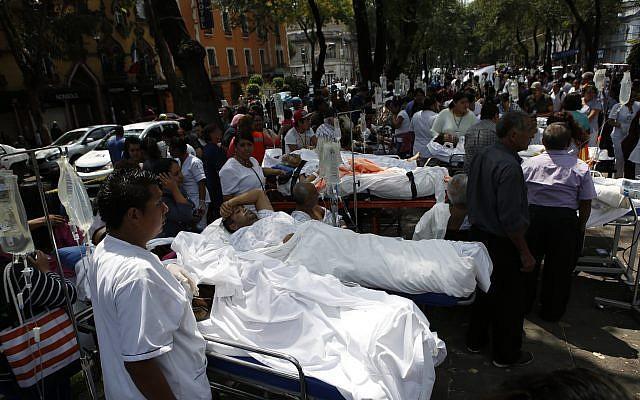 Los pacientes se encuentran en sus camas de hospital después de ser evacuados después de un terremoto en la Ciudad de México, el martes, 19 de septiembre de 2017. (AP Photo / Rebecca Blackwell)