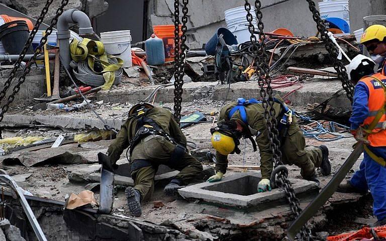 Los trabajadores de rescate israelíes inspeccionan un pedazo de hormigón en un edificio en la Ciudad de México el 23 de septiembre de 2017, cuatro días después del poderoso terremoto que azotó el centro de México. (Foto AFP / Pedro Pardo)