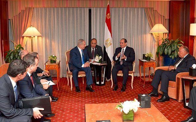 El primer ministro Benjamin Netanyahu se reúne con el presidente egipcio Abdel Fattah el-Sissi en Nueva York el 19 de septiembre de 2017 (Avi Ohayun)