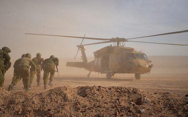 Los soldados corren a un helicóptero durante un ejercicio en el norte de Israel simulando una guerra con el grupo terrorista de Hezbolá en septiembre de 2017. (Fuerzas de Defensa de Israel)