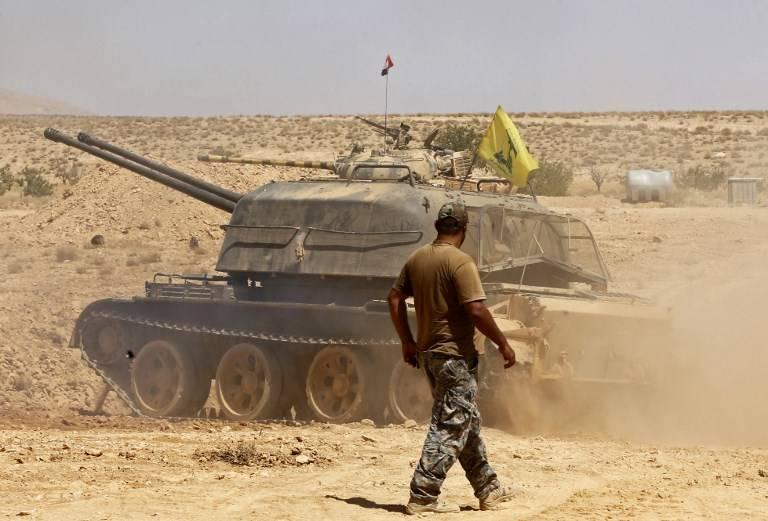 Un tanque con la bandera del grupo terrorista Hezbollah en el área de Qara en la región de Qalamoun de Siria el 28 de agosto de 2017. (AFP Photo / Louai Beshara)