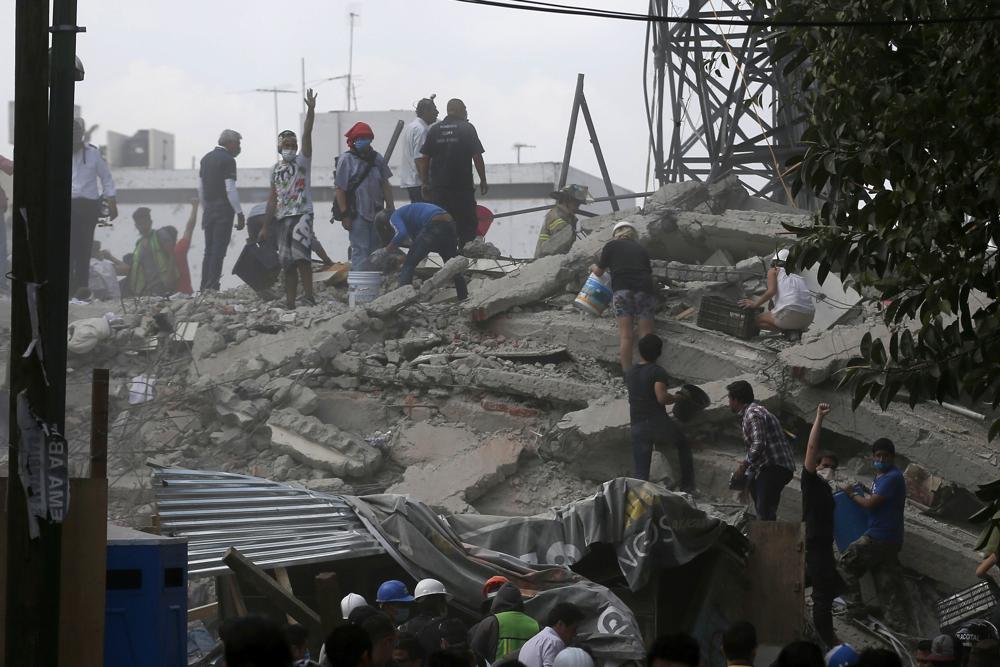 Voluntarios buscan un edificio que se derrumbó después de un terremoto, en el vecindario Roma de Ciudad de México, martes, 19 de septiembre de 2017. (AP / Eduardo Verdugo)