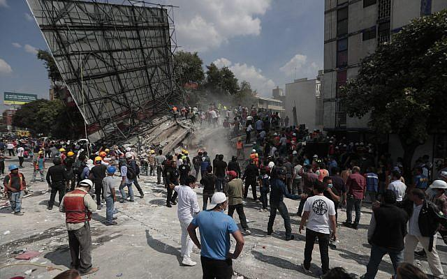 Trabajadores de rescate y voluntarios buscan en un edificio que se derrumbó luego de un terremoto en el barrio Roma de la Ciudad de México, martes, 19 de septiembre de 2017. (AP Photo / Eduardo Verdugo)