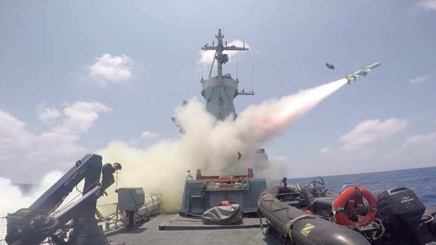 Un buque de la Armada de Israel dispara un misil Harpoon de mar a mar en un barco desmantelado durante un ejercicio el 5 de julio de 2016. (Fuerzas de Defensa de Israel)
