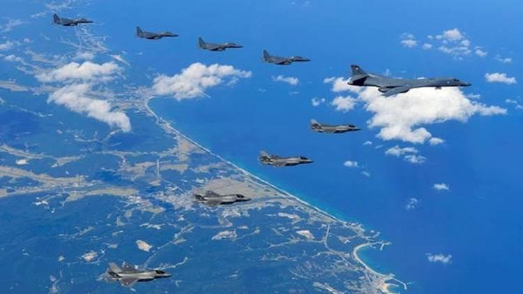El escuadrón completo, incluyendo cuatro cazas surcoreanos, volando sobre la península (AFP)