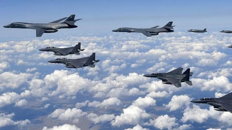 Cazas F-15K surcoreanos escoltan a los Lancer por la izquierda, mientras los F-35B Lightning II lo hacen por la derecha (AFP)