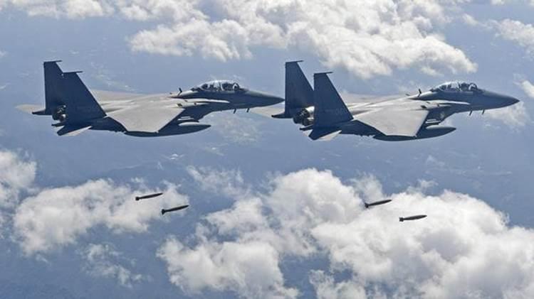 Dos F-15K lanzando sus bombas durante el ejercicio (AFP)