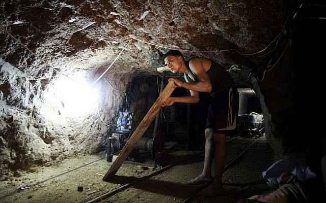 Ilustrativo: Trabajando en un túnel de contrabando entre Gaza y Egipto (Hatem Moussa / AP)