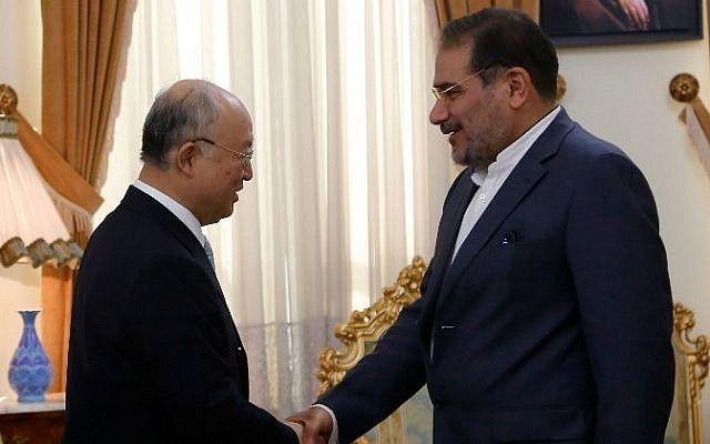 El secretario iraní del Consejo Supremo de Seguridad Nacional, Ali Shamkhani, (derecha), estrecha la mano del jefe de vigilancia atómica de la ONU, Yukiya Amano, durante una reunión en Teherán el 2 de julio de 2015. (AFP / ATTA KENARE)