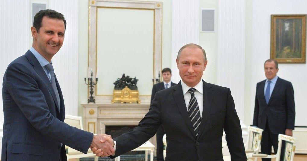 El presidente ruso, Vladimir Putin (centro), se da la mano con el presidente sirio Bashar Assad mientras el canciller ruso Sergey Lavrov (derecha), observa en el Kremlin en Moscú, Rusia, 20 de octubre de 2015. (Alexei Druzhinin, RIA-Novosti / Kremlin piscina foto vía AP)