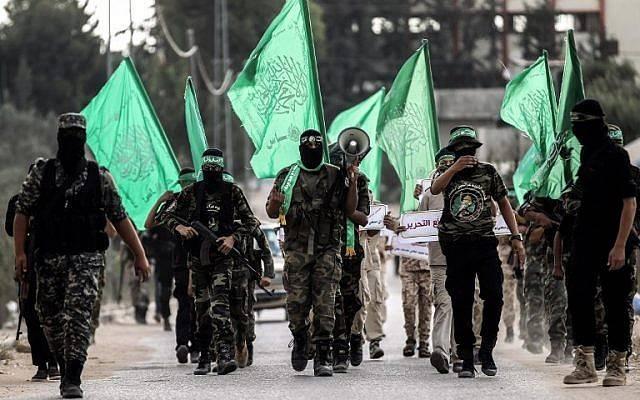 Brigadas Ezzedine al-Qassam, el brazo armado de Hamas, marchan en la ciudad de Khan Yunis, en el sur de la Franja de Gaza, el 15 de septiembre de 2017. (AFP PHOTO / SAID KHATIB)
