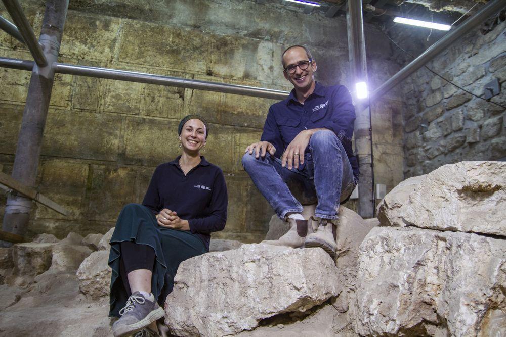 Los directores de excavación de la Autoridad de Antigüedades de Israel, el Dr. Joe Uziel y Tehila Lieberman, en el sitio de excavación en la Ciudad Vieja de Jerusalém. (Yaniv Berman, cortesía de la Autoridad de Antigüedades de Israel)