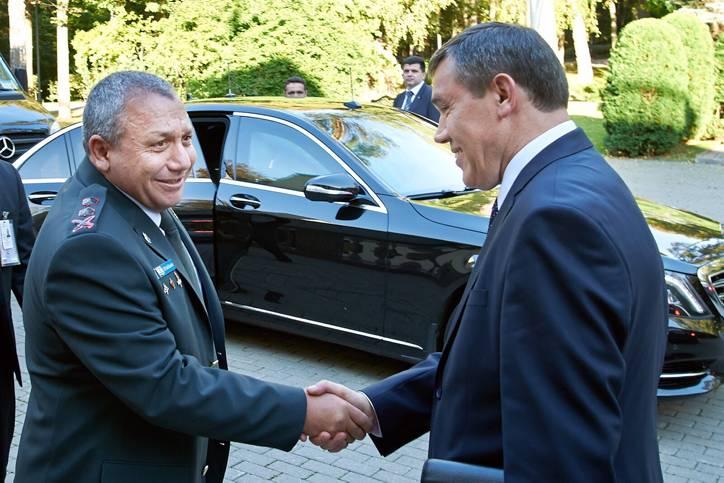 El Jefe de Estado Mayor de la IDF, Gadi Eisenkot (L) se reúne con el Jefe de Estado Mayor del ejército ruso, Valery Grasimov, en Moscú, Rusia, el 21 de septiembre de 2015. (Fuerzas de Defensa de Israel)