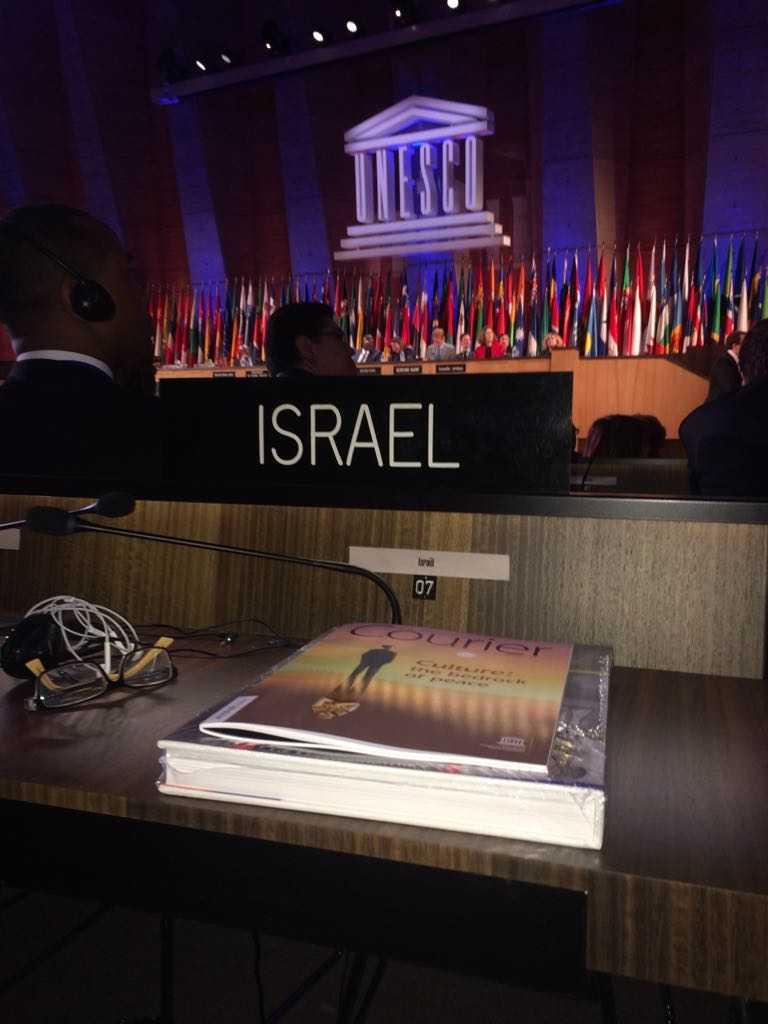 El escritorio del enviado de Israel a la UNESCO Carmel Shama-Hacohen sin la medalla entregada por los EAU a los estados miembros de la UNESCO en honor a las renovaciones que patrocinó a la sala de conferencias de la agencia cultural en París, el 30 de octubre de 2017. (Cortesía)
