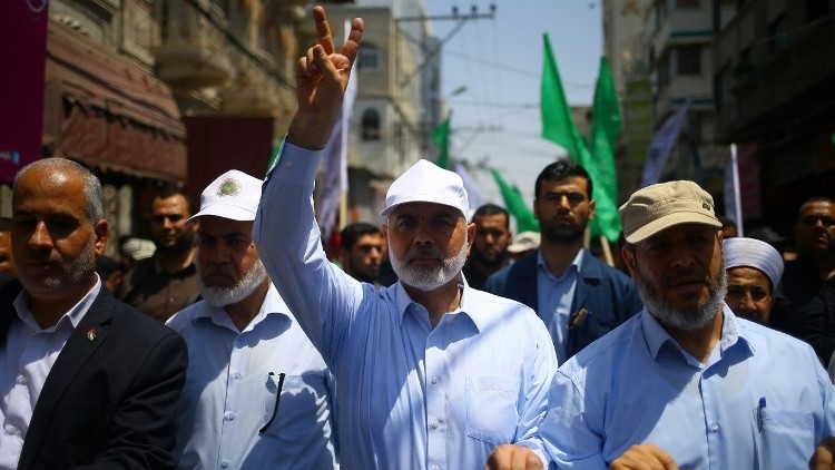 El líder de Hamas, Ismail Haniyeh, y el portavoz Fawzi Barhoum asisten a una protesta en la ciudad de Gaza el 22 de julio de 2017 contra las nuevas medidas de seguridad implementadas en el Monte del Templo, que incluyen detectores de metales y cámaras, tras un ataque en el que dos musulmanes asesinaron a dos policías israelíes. (AFP / Mohammed Abed)