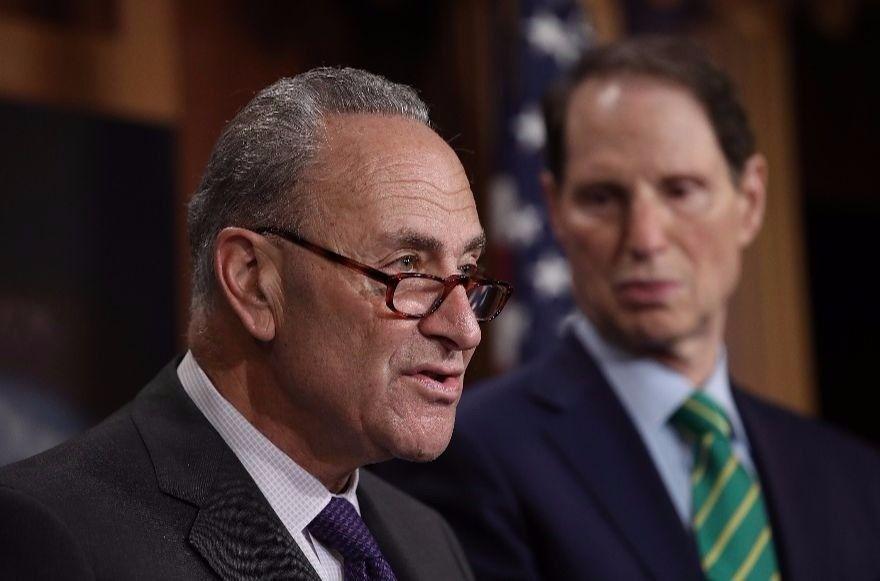 El líder de la minoría del Senado, Charles Schumer, habló con reporteros en Washington, DC, el 27 de septiembre de 2017. (Win McNamee / Getty Images a través de JTA)