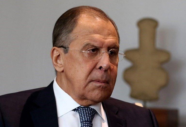 El ministro de Asuntos Exteriores de Rusia, Sergey Lavrov, observa durante una reunión con su homólogo chipriota en Nicosia el 18 de mayo de 2017. (AFP Photo / Iakovos Hatzistavrou)