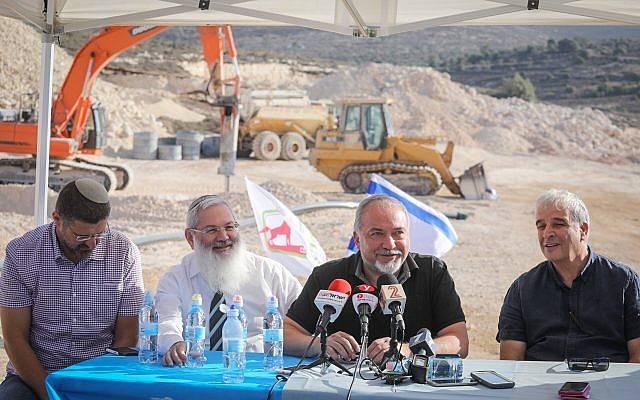 El ministro de Defensa, Avigdor Liberman, centro derecha, visita la construcción del nuevo poblado de Amijai el 18 de octubre de 2017. (Hadas Parush / Flash 90)