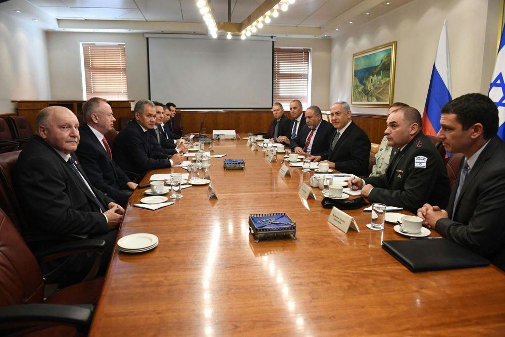 El primer ministro Benjamin Netanyahu, el ministro de Defensa ruso, Sergei Shoigu, y su personal se reúnen en la oficina de la ex en Jerusalén el 17 de octubre de 2017. (Oficina del Primer Ministro)