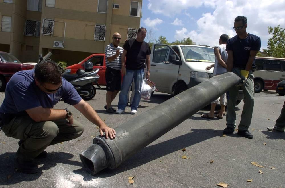 Expertos israelíes en explosivos inspeccionan un cohete de Hezbollah después de que colisionara en la ciudad norteña israelí de Haifa, el 9 de agosto de 2006. (Max Yelinson / Flash 90)
