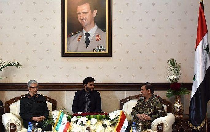 El Ministro de Defensa sirio Fahd al-Freij (R) se reúne con el Jefe de Estado Mayor de las fuerzas armadas de Irán, el Mayor General Mohammad Bagheri (L), en el Ministerio de Defensa en la capital Damasco el 18 de octubre de 2017. (AFP PHOTO / STRINGER)