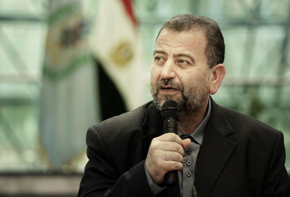 El representante de Hamas Saleh al-Arouri habla tras firmar un acuerdo de reconciliación con el alto funcionario de Fatah, Azzam al-Ahmad, durante una breve ceremonia en el complejo egipcio de inteligencia en El Cairo, Egipto, el 12 de octubre de 2017. (AP Photo / Nariman El- Mofty)