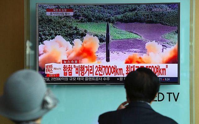 La gente ve una pantalla de noticias de televisión mostrando imágenes de un lanzamiento de misiles de Corea del Norte, en una estación de tren en Seúl el 29 de agosto de 2017. (AFP / Jung Yeon-Je)
