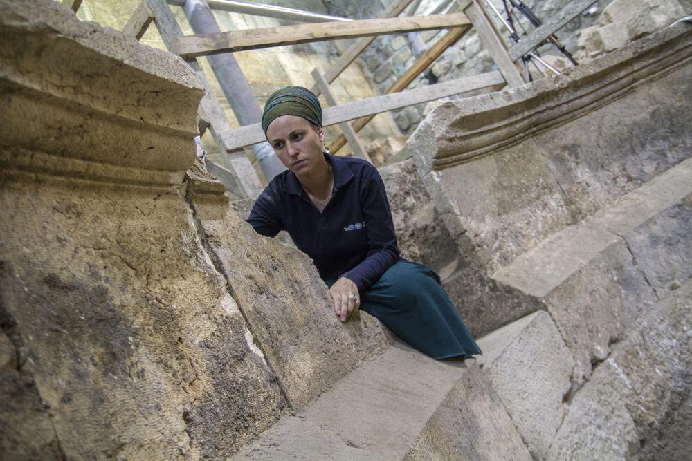 La arqueóloga de la Autoridad de Antigüedades de Israel Tehila Lieberman en la estructura del teatro en los túneles del Muro Occidental de Jerusalém. (Yaniv Berman, cortesía de la Autoridad de Antigüedades de Israel)