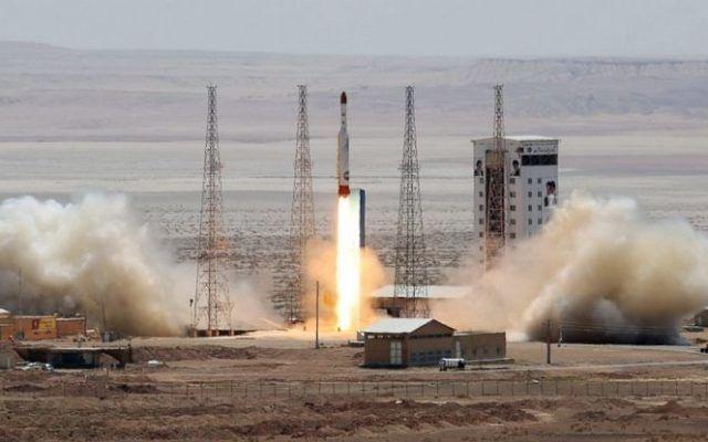 Una imagen del sitio web oficial del Ministerio de Defensa iraní afirma mostrar el lanzamiento de un cohete que transporta satélites el 27 de julio de 2017. (Ministerio de Defensa iraní)