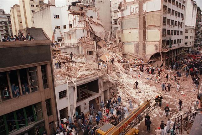 Las secuelas del bombardeo de la AMIA de 1994 en Buenos Aires (Periódico La Nación (Argentina / Wikipedia Commons)