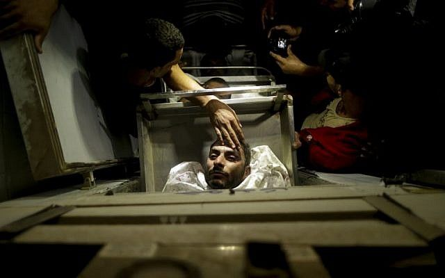 Los cuerpos de los terroristas árabes muertos después de que Israel hiciera explotar un túnel que se extiende desde la Franja de Gaza hacia su territorio, se encuentran en una morgue en el hospital al-Aqsa en Deir el-Balah, en el centro de Gaza, el 30 de octubre de 2017. (AFP PHOTO / MAHMUD NALGAS)