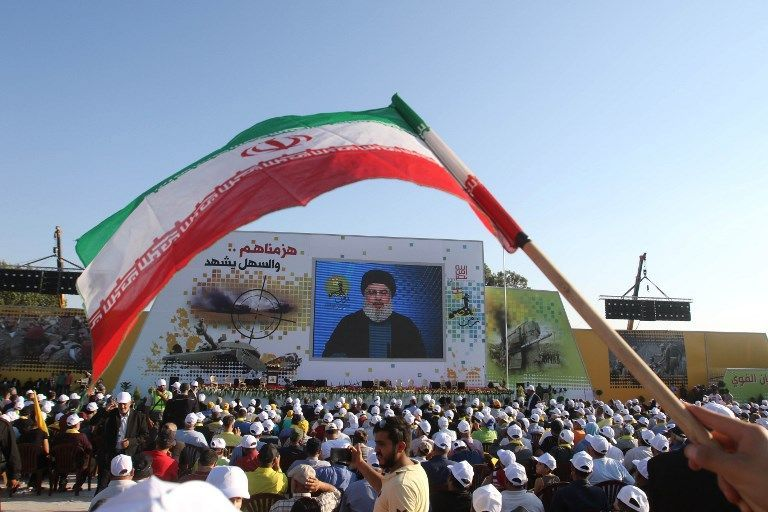 Los partidarios del movimiento chií libanés Hezbolá ven un vídeo de un discurso del líder del grupo, Hassan Nasrallah, para conmemorar el 11º aniversario del final de la guerra de 2006 con Israel, en la aldea de Khiam en el sur del Líbano, 13 de agosto de 2017 . (AFP / Mahmoud ZAYYAT)