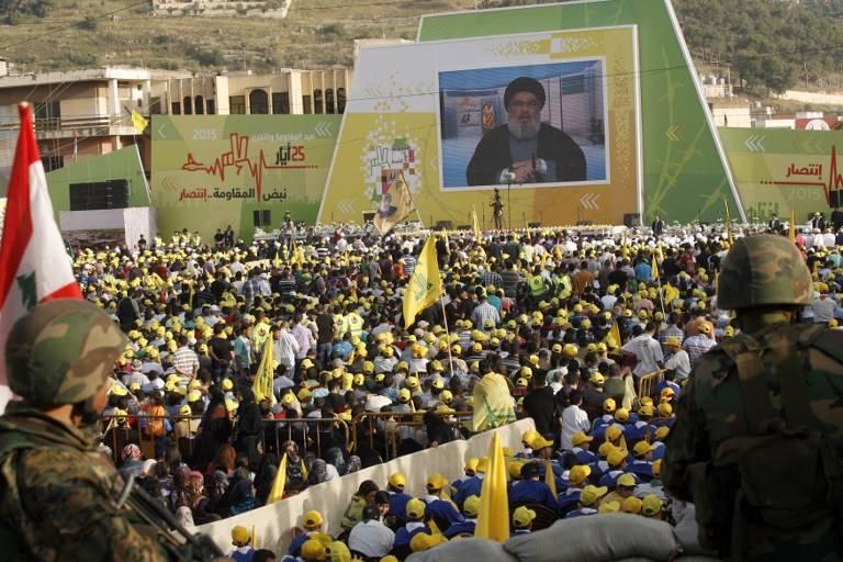 Los partidarios libaneses de Hezbollah se reúnen en la ciudad sureña de Nabatiyeh el 24 de mayo de 2015 (Mahmoud Zayyat / AFP)