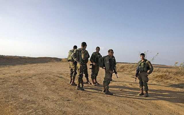 Los soldados israelíes patrullan cerca de la frontera israelí con la Franja de Gaza el 30 de octubre de 2017, cerca de Kibbutz Kissufim en el sur de Israel. (AFP PHOTO / MENAHEM KAHANA)