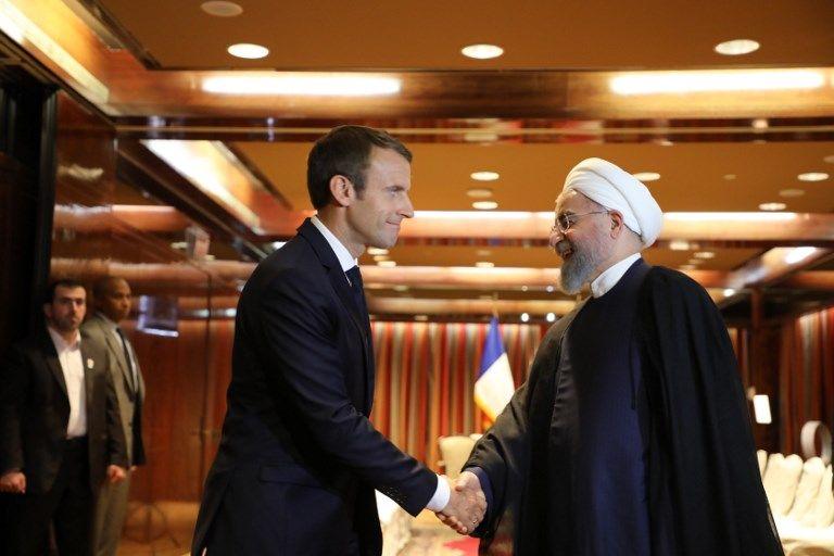 El presidente de Francia Emmanuel Macron (L) saluda al presidente iraní Hassan Rouhani en el Millennium Hotel en Nueva York el 18 de septiembre de 2017, en Nueva York. (AFP Photo / Ludovic Marin)