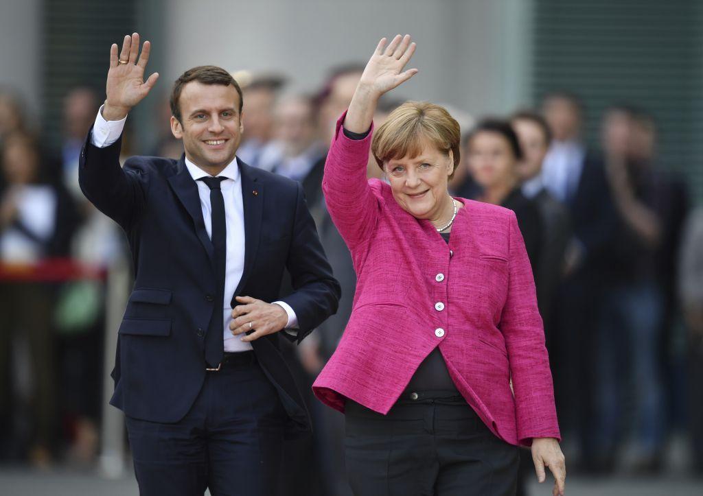 El nuevo presidente francés, Emmanuel Macron, saluda con la canciller alemana, Angela Merkel, a periodistas en la cancillería de Berlín, el 15 de mayo de 2017. (Bernd von Jutrczenka / dpa vía AP)