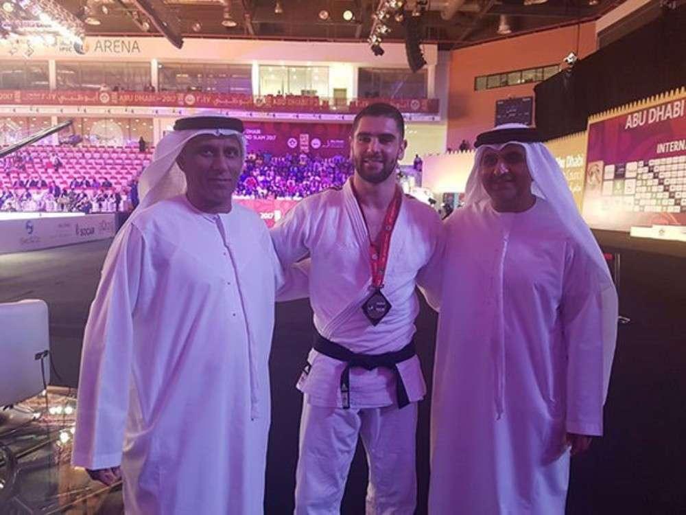 Judoka israelí Peter Paltchik con oficiales de los Emiratos Árabes Unidos en el Grand Slam de Abu Dhabi el 28 de octubre de 2017. (IJF)