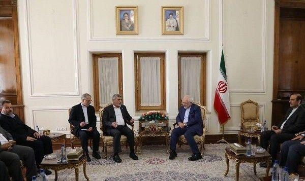 El Ministro de Relaciones Exteriores de Irán Mohammad Javad Zarif (centroderecha) se reúne con altos funcionarios de Hamas en Teherán el 7 de agosto de 2017. (captura de pantalla)