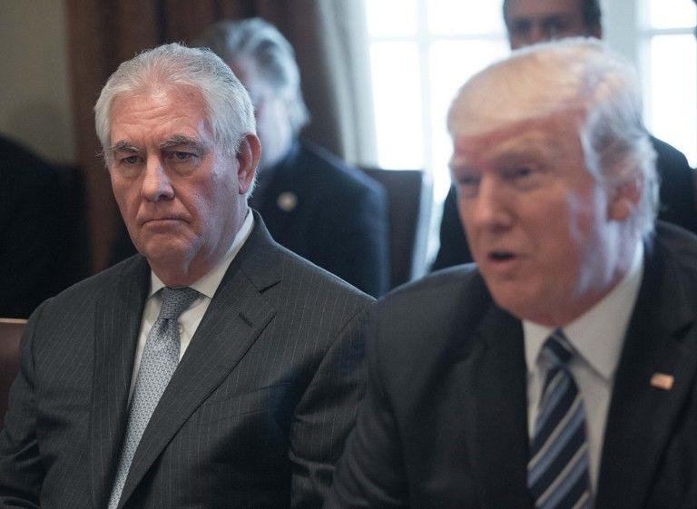 El secretario de Estado de los Estados Unidos, Rex Tillerson (L), observa cómo el presidente de Estados Unidos, Donald Trump, habla con la prensa antes de reunirse con su gabinete en la Sala del Gabinete de la Casa Blanca el 13 de marzo de 2017. (AFP Photo / Nicholas Kamm)