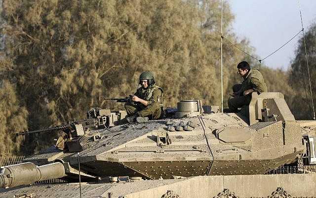 Soldados israelíes en un tanque cerca de la frontera israelí con la Franja de Gaza el 30 de octubre de 2017, cerca de Kibbutz Kissufim en el sur de Israel. (AFP PHOTO / MENAHEM KAHANA)