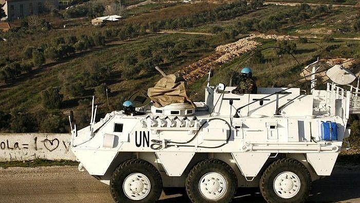 Un agente de mantenimiento de la paz de UNIFIL conduce un vehículo blindado en la localidad libanesa de Adaisseh, cerca de la frontera con Israel, el 19 de enero de 2015. (AFP / Mahmoud Zayyat)