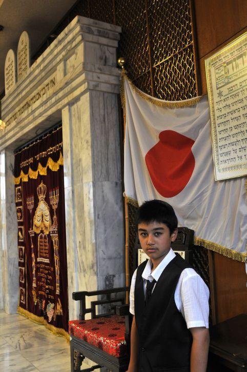 Un muchacho judío se prepara para su bar mitzvah en la sinagoga de Kobe en Japón el 26 de junio de 2009 (Serge Attal / Flash 90)