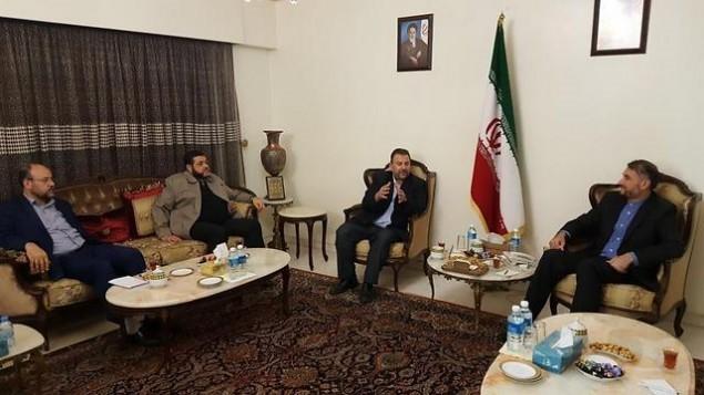 El agente de Hamas Saleh al-Arouri (2. ° R) se reúne con el oficial iraní Hossein Amir Abdollahian (R) y otros agentes de Hamas en Líbano el 1 de agosto de 2017. (Cortesía)
