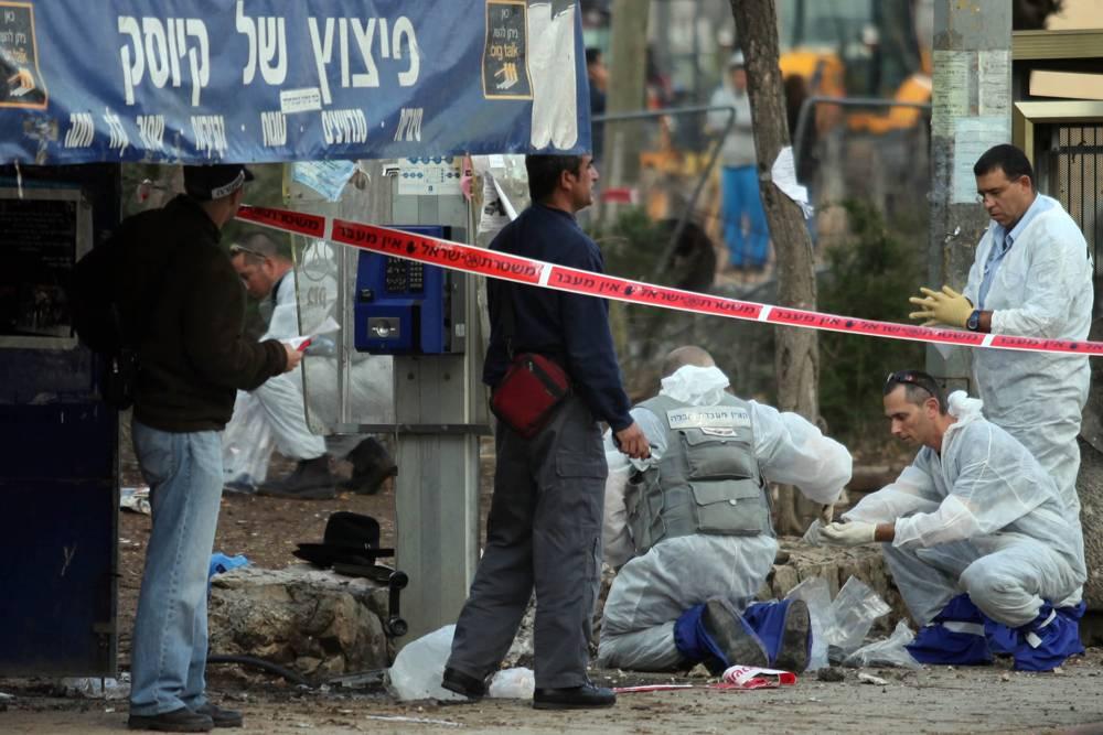 Personal forense en la escena de un bombardeo de marzo de 2011 en una parada de autobús de Jerusalém (Abir Sultan / Flash 90)