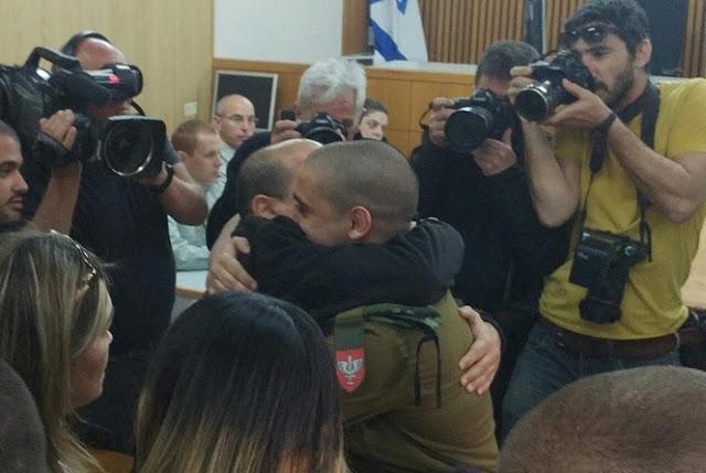 Elor Azariya es abrazado por su familia tras conocerse el fallo en su contra.