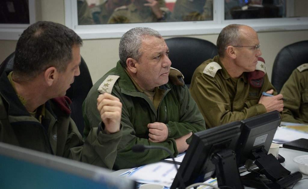 El Jefe del Comando Norte, el General Aviv Kochavi, a la derecha, habla con el Jefe del Estado Mayor de las FDI Gadi Eisenkot, centro, junto con el Jefe de la Dirección General de Operaciones, General Nitsan Alon, durante un ejercicio militar el 20 de enero de 2016. (Unidad del Portavoz de las FDI)