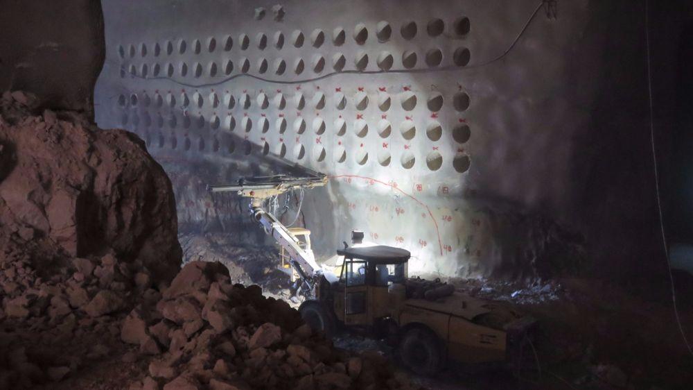 El equipo de perforación crea puntos de enterramiento en las paredes del cementerio subterráneo en construcción en Jerusalem. (Cortesía de Rolzur)